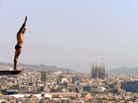 Dive into barcelona 39 s olympic swimming pool video for Swimming pool show barcelona